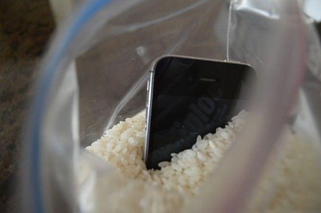 Что делать, если телефон «искупался»: 6 шагов к спасению