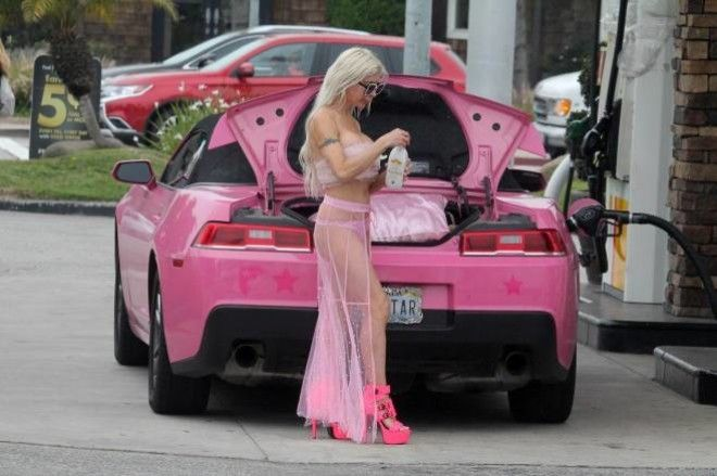Блондинка приехала на автозаправку практически голышом ФОТО