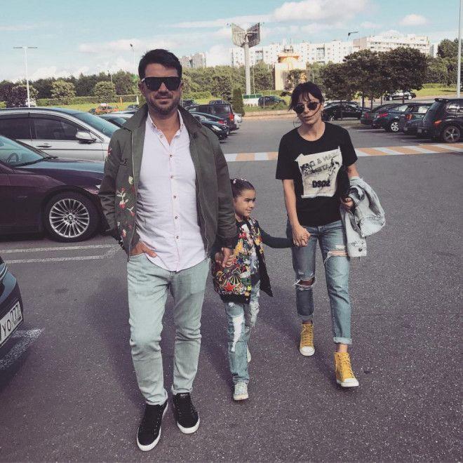 Ани Лорак и ее муж Мурат гуляют с дочкой