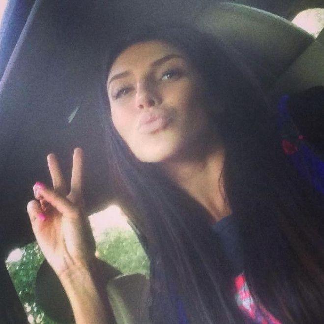 Яна Беляева позирует в машине